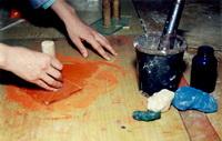 Перетирание природных минералов курантом на стекле